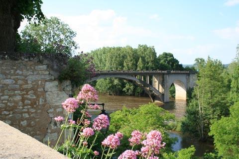 Rivière et pont au centre ville de La Roche-Posay
