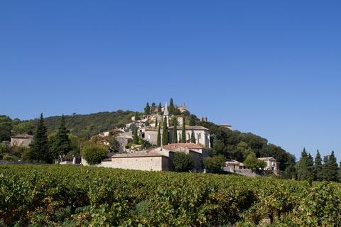 Vue à travers champs vers le village de La Roque-sur-Cèze