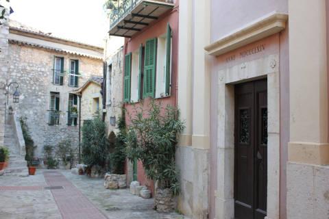 Rue tranquille de La Turbie avec des plantes