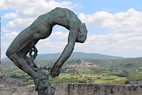 Statue du marquis de Sade au-dessus du château de Lacoste