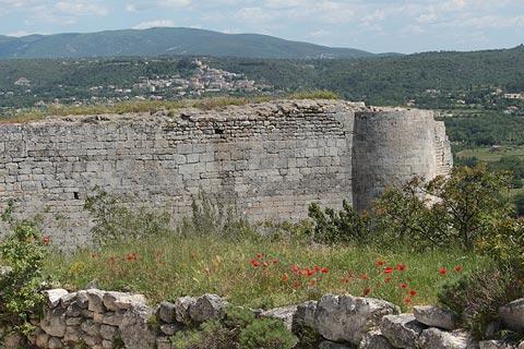 Vue à travers les murs du château de Lacoste