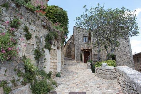 Jolies maisons en pierre dans le centre historique de Lacoste