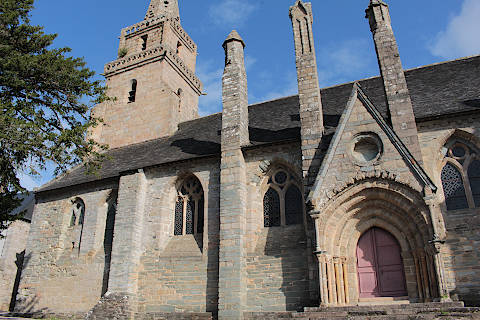 Côté ouest de l'église de Brelevenez