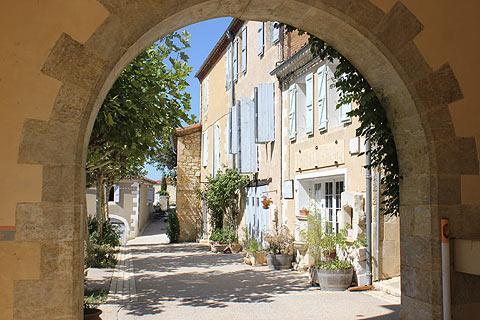 Porte d'entrée au village de Lavardens