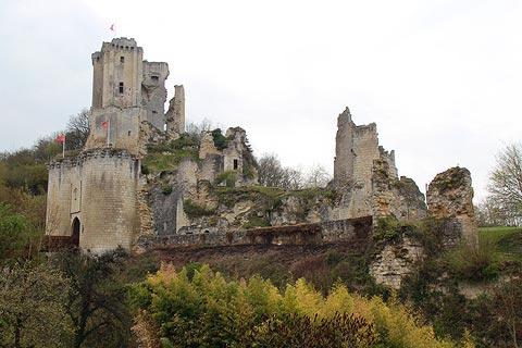 Château sur la colline au-dessus de Lavardin