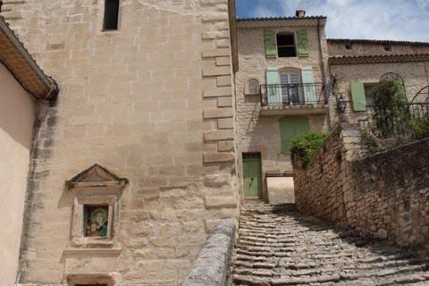 Escalier menant à la vieille ville de Mane