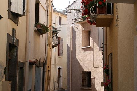 Rue des petites maisons de la vieille ville de Marseillan