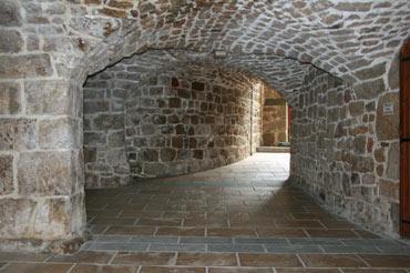 passage voûté dans le centre du vieux village de Meyras