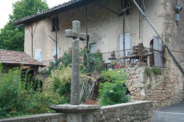 croix dans le centre du village