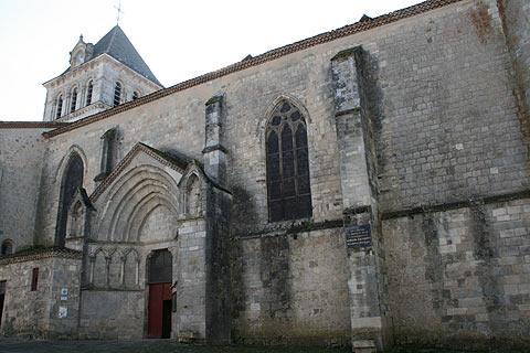 Côté de l'église à Mezin
