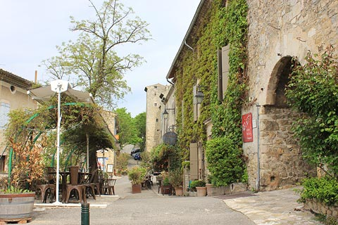 Place principale au centre de Mirmande