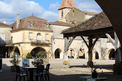 Café sur la place principale de Monpazier