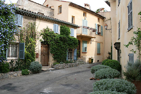 Place paisible au centre de Mougins