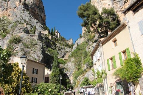 Les falaises et la chapelle derrière Moustiers-Sainte-Marie