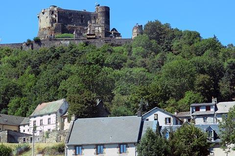 Vue à travers le village de Murol vers château