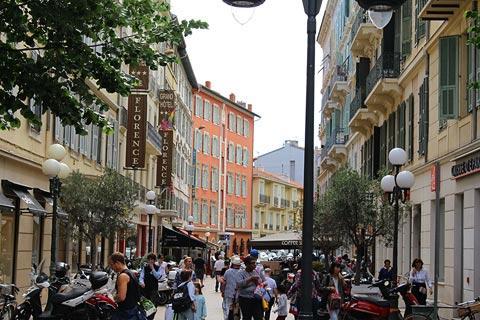 Rue Jean Medecin, la rue commerçante