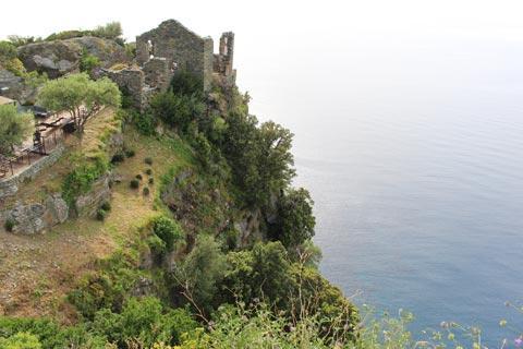 ruines le long d'une falaise