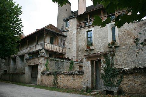 houses outside the fortifications of Noyers