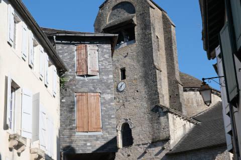 Façade et tour de l'église de Sainte-Croix