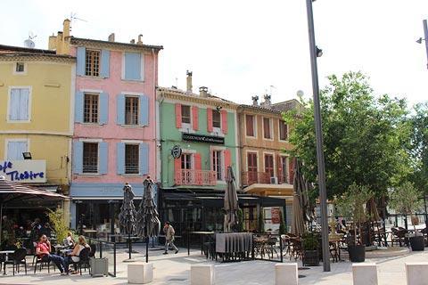 Maisons colorées dans le centre-ville d'Orange