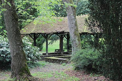Abri ancien dans le jardin de la Source