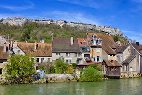 Maisons le long de la rivière à Ornans