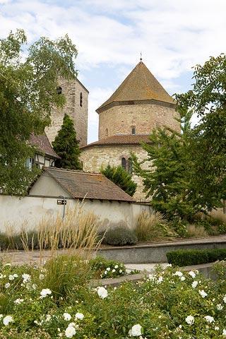 vue sur l'église abbatiale à Ottmarsheim