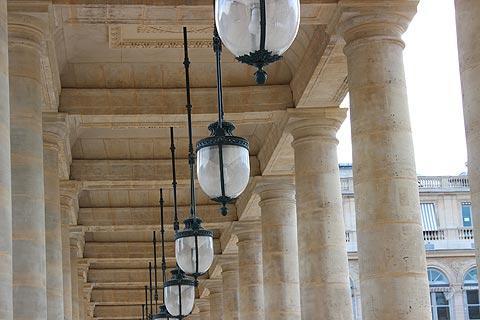 des colonnes et des lumières du Palais-Royal