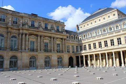 Cour du Palais Royal et œuvres d'art