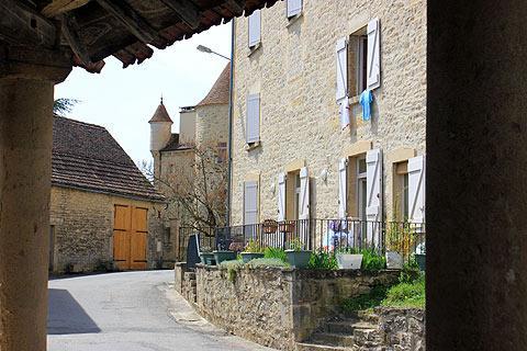 rue vers Château de Parisot