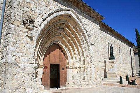 Entrée de l'église du 13ème siècle