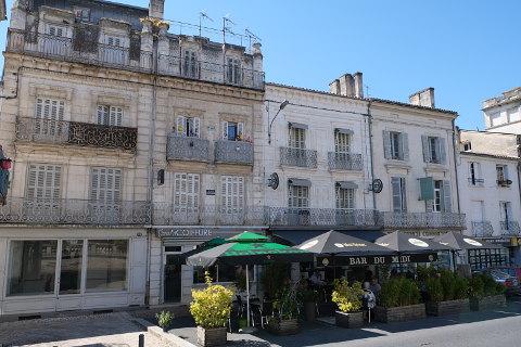 rue commerçante et cafés à Riberac