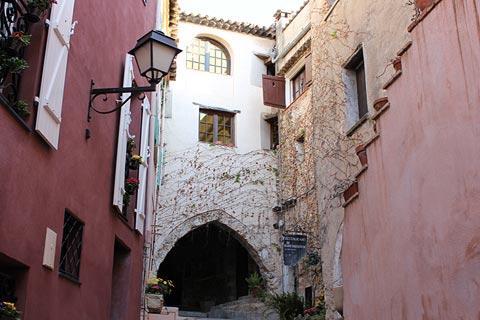 maisons peintes dans le centre du Roquebrune village