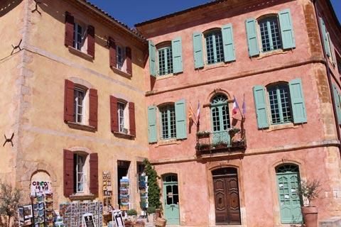 Hôtel de ville dans la place principale à Roussillon
