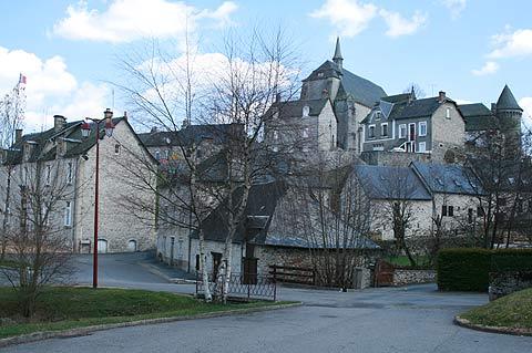 église sur la colline au-dessus de Saint-Angel