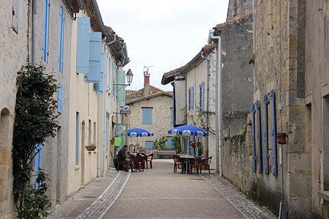 Café dans rue calme à Saint-Antoine