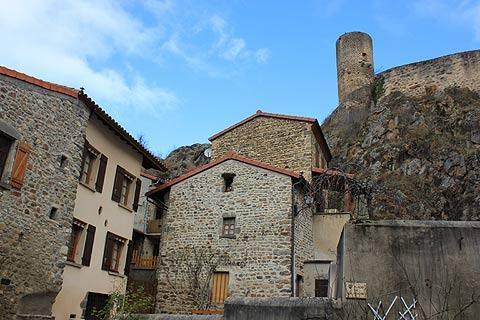 Château sur la falaise au-dessus du village de Saint-Floret