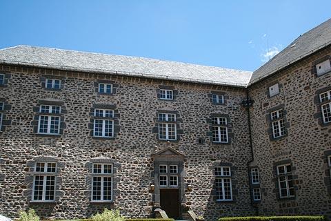 imposant bâtiment en pierre à Saint-Flour