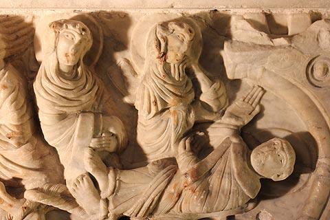 Sarcophage dans l'abbaye de Saint-Hilaire