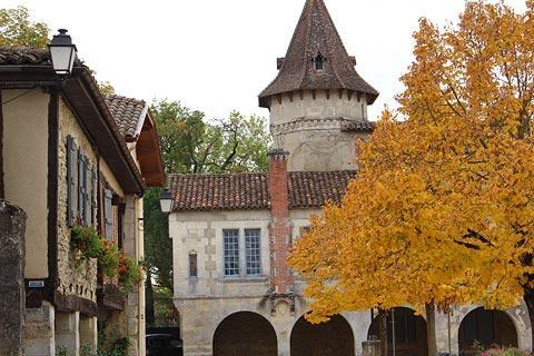Arcades dans le centre du village de Saint-Justin