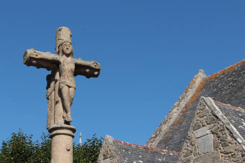 Cross in front of the church of Saint-Lunaire