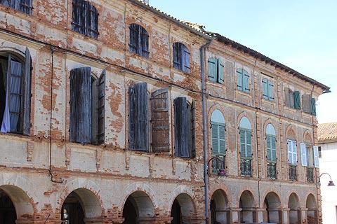 vieux bâtiments dans le centre de Saint-Nicolas-de-la-Grave