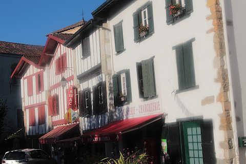 Maisons de style basque dans le centre du village de Saint-Pée-sur-Nivelle