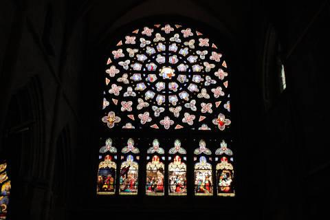 Vitraux dans la rosace de la cathédrale de Saint-Pol-de-Léon
