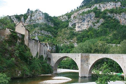 Pont dans le centre de Sainte-Enimie