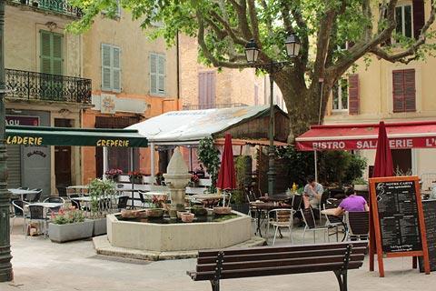cafes dans la place principale de Salernes