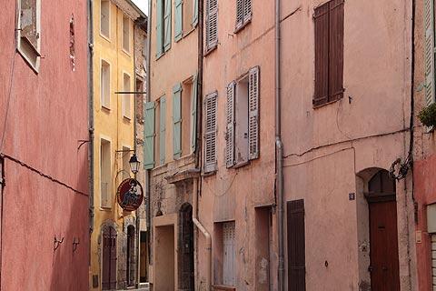 Rue des maisons colorées à Salernes