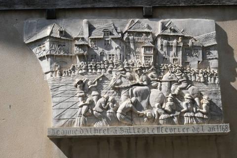 plaque murale montrant Salies-de-Bearn à l'époque médiévale