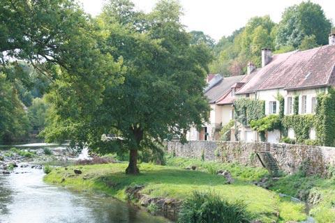 la rivière à Semur-en-Auxois
