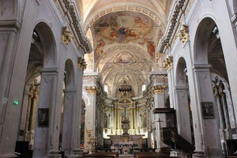Vue le long de la nef de la cathédrale de Sospel